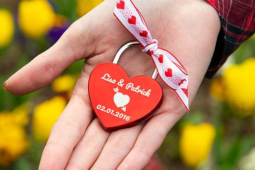 Liebesschloss in der Hand